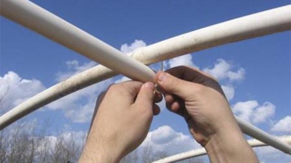 Крепление пленки на теплице: способы укладки материала