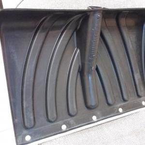 Пластиковая снегоуборочная лопата КРЕПЫШ, усиленная ребрами жесткости и металлической планкой